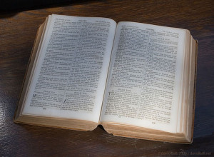 512px-Bible-open